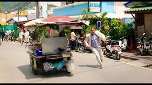 Allt blir inte riktigt som Krister (Kjell Bergqvist) har tänkt sig när han tar sig an jobbet som präst på den thailändska ön Phuket.