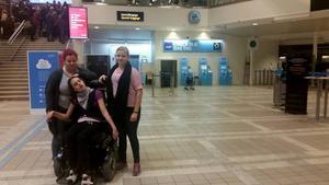 Gravt rörelsehindrade Melina Thiel, 14 år, blev strandsatt på Arlanda efter att SAS bytt plan. Här med assistenterna Sofi Fröberg och Veronica Skoglund.