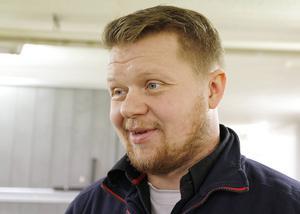 Sissó Einarsson växte upp på Island, på en gård med 200 islandshästar. I dag har han sex egna på gården i Söderhamn, där han bor.
