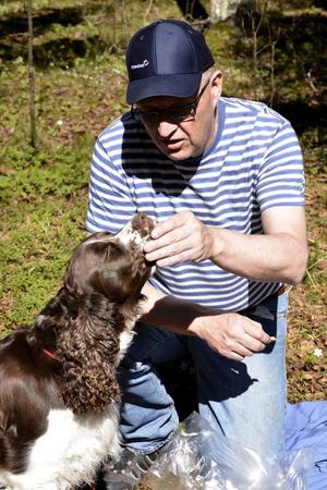 Gott. Hunden Thea måste också få något i magen. Husse Bengt Rös delar med sig av matsäcken.
