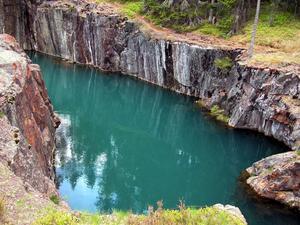 Många lockas till Östra Silvbergs gruva tack vare det grönskimrande vattnet. Foto: Berndt Norberg