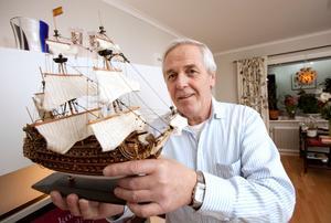 Leif Hållander vill hyra ut Briggen Gerda till Kina. I bokhyllan hemma har han passande nog ett kinesiskt modellfartyg på bästa plats.