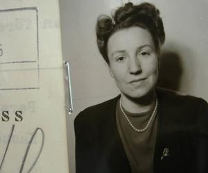 Alice från Gävle, fotograferad av svenska myndigheter under kriget. När hennes SS-man stupat ville hon återvända hem till Sverige.