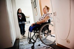 Vill se förändring. Laila Östlund slår larm eftersom hon anser att människor med funktionshinder behandlas orättvist. Dottern Gunilla Alfredsson tycker situationen är jobbig. Hon kan inte skjutsa sin mamma – vanlig bil fungerar inte med rullstolen.