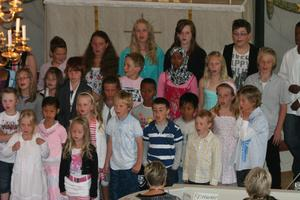 Hela Jättendals skola sjöng in sommaren. Den stora elevkören hade tränat flitigt på repertoaren och belönades med många applåder.