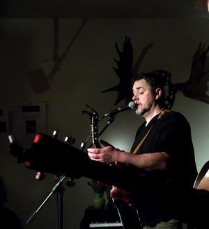 Jack Vreeswijk har tidigare sjungit på Almamia. I höst kommer han åter med sina och pappa Cornelis sånger.