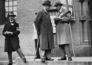 Valår. I valet till riksdagens andra kammare 1928 lyckades Kommunisterna inte få särskilt många röster i Nynäshamn. Men på bilden syns Kommunisternas partiledare Karl Kilbom utanför en vallokal i Stockholm.