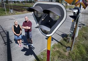 Ingela Artursson och Jonny Harrysson fick minst sagt hjärtat i halsgropen när de fastnade mellan bommarna vid järnvägsövergången.