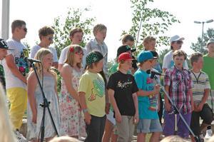 SCHOOLS OUT. Femteklassarna på Sörgärdet rockade loss till Schools out. Efter sommarlovet splittras klassen när några börjar på Älvboda friskolan och några på Rotskärsskolan.