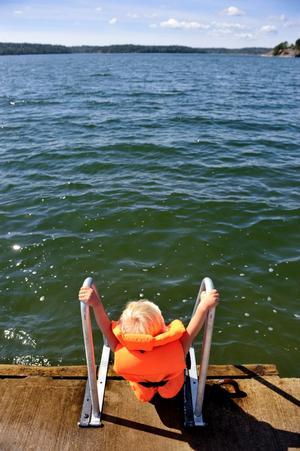 Inget av de 106 barn som drunknade i Sverige mellan 1998 och 2007 gjorde det i samband med en båtfärd. En orsak är att det är att barn har flytväst på sig på båtar, men de går att använda även i andra sammanhang för att förhindra att barnet kan drunkna.