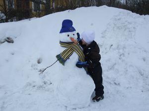 När Viggo var på besök hos farmor och farfar i Strömsholm, passade farfar och han på att bygga snögubbe med svenka färger på mössa och halsduk. Det är ju OS.