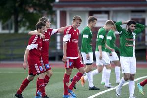 HFF besegrade bottenlaget Mariehem med 4-0. Robin Bergman har just gjort sitt tredje mål för dagen och gratuleras av Jimmie Gustafsson och Emil Forsgren.