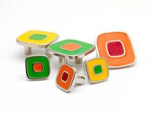 Färglada knoppar som kan pigga upp det tråkigaste kök eller den tristaste byrån. Knopparna kommer från Beslag Design och finns i två storlekar och flera färgkombinationer.