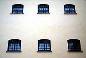 I flyttagen. Snart töms de tre våningarna i hamnmagsinet på Alderholmen. Flyttlasset går till söder till det gamla fängelset som rustats och gjorts fint.
