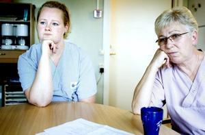 """INGA MARGINALER. Sandra Söderholm och Rosie Brohagen jobbar på Karl Johan-gårdarna, en av de arbetsplatser inom äldreomsorgen som nu får det sämre för att andra ska få det lite bättre. """"Vi lever på marginalen"""", menar de."""