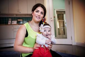 """Ferial Yagoub, här med dottern Gloria Phibi, besökte """"Svenska med baby"""" i Lina kyrka för att förbättra sin svenska. Målet med träffarna är också att knyta samman småbarnsföräldrar med olika bakgrund genom deras bebisar."""