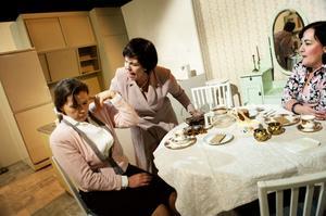 Maj Ardesjö, Birgitta Tomas och Pia Jogér i full färd med att repetera Isbjörnarna, ett tragikomiskt familjedrama som utspelar sig i ett kök.