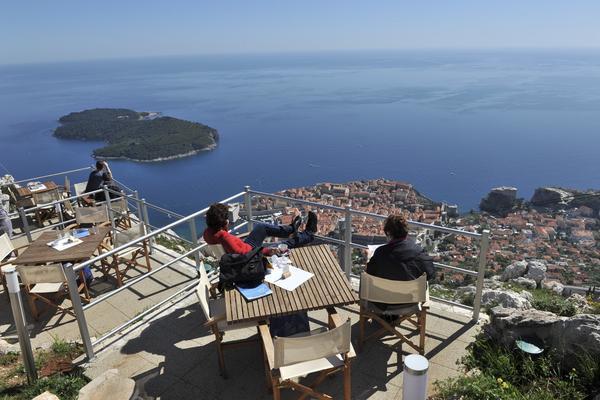 När man tagit linbanan upp till Srd-bergets topp ser man Dubrovnik ur vad känns som en helikoptervy.