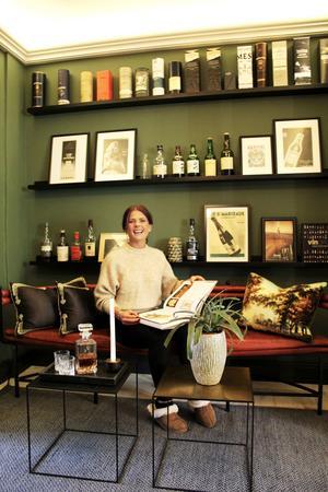 Julia i sitt whiskyrum.