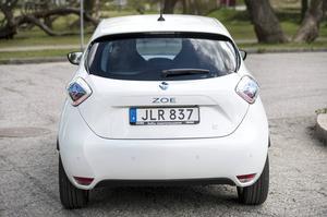 Bildtext 6: Renault Zoe är kusin med Nissan Leaf och ett laddat syskon till Renault Clio. Zoe är en elbil där batterier inte ingår i priset - de får du bara hyra.    Foto: Pontus Lundahl/TT