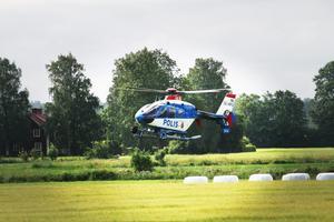 Under förmiddagen har en helikopter från Stockholm hjälpt till i sökandet efter den försvunna 44-åringen.