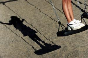 Ingen självklarhet. En del barn har idag inte råd med gymnastikskor eller så har de inte gummistövlar för utomhusleken en regnig höstdag.foto: scanpix