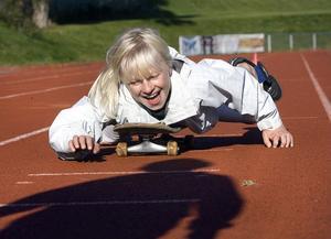 Fanny Andersson är en fena på att ta sig fram liggandes på en skateboard. En gren som dock inte lär vara aktuell för OS 2012.