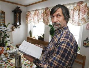 Mats-Olov Sparrman med domen, som visar att han är frikänd från alla misstankar att han skulle misskött sina höns.