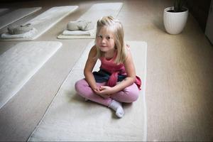 En av alla som provade på yoga var femåriga Silje Hägglund från Stugun. Hon säger att hon blev avkopplad och det tyckte hon om.