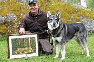 Anders Olsson från Jädraås och hans jämthund Älgståndets Mysak blev bäst bland älghundarna. Det blev pokal och en Hälge-tavla av Lars Mortimer i pris.
