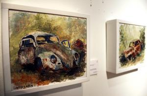 Även gamla skrotbilar kan bli vacker konst. Dessa tavlor är gjorda av Lennart Lindström från Motala.