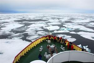 ISIGT. Fartyget Polarstar ute på packisen vid Svalbard.