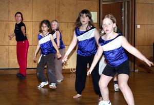 Övning ger färdighet. Dansläraren Timea Hedlund längst bort på bilden tränar några av sina unga adepter inför den kommande showen.