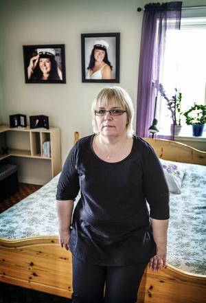 Nerbäddad i sängen fick Ingrids dotter Louise andnöd och hjärtstillestånd. Ambulanspersonalen jobbade i två och en halv timma med återupplivningsförsök.