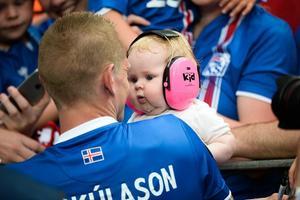 Bilderna på Skúlason och dottern spred sig snabbt på Twitter efter matchen.