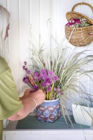 Monika Kärnell gillar att skapa buketter både av de finaste blommorna och ogräset emellan tomterna.