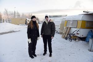 Pirjo Holmström har engagerat sig för EU-migranterna och tycker inte att kommunen har behandlat dem väl. Här tillsammans med Sorin i lägret som nu alla barn lämnat.