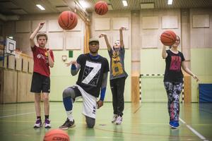 Arvid Söderqvist Tullnérs, Oscar Ahlqvist och Star Farula Svedberg fick lära sig grunderna i basket tillsammans med den professionella basketspelaren Seth Goodman som kommer från New Orleans i USA.
