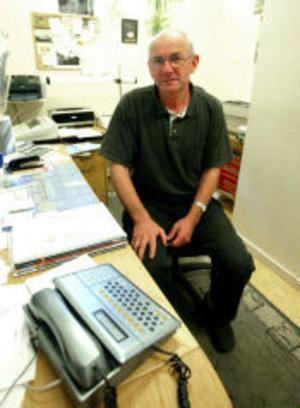 Obrukbar telefon och dator står på kontoret och är en ständig irritationskälla för Lennart Ädel.