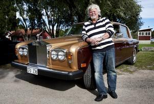 Ståndsmässig. Kjell Bach, Hedemora, och hans Rolls-Royce Silver Shadow väckte stor uppmärksamhet på hamnområdet i Smedjebacken, trots att den brittiska lyxbilen inte ens deltog i lördagens Grand Run.