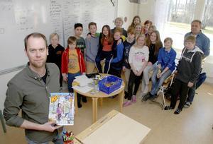 Tidningsskolans rektor framför Mockfjärdseleverna och längst till höger deras lärare Per Wahlström.