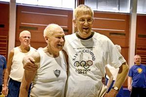 86-årige Arne Sjödin, för detta gympaledare, och 70-årige Alf Pettersson, nuvarande ledare, fyller år på samma dag inom kort och fick i lördags ta emot hurrarop.