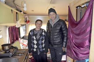 Irina Bujor, hennes son Alex och hans fru bor i en av husvagnarna i lägret i hamnen.