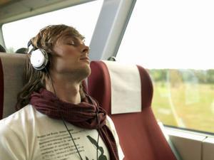 Många väljer att sova eller lyssna på musik under sin restid på väg till skolan eller jobbet.Foto: Scanpix
