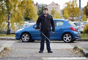 Peter Tjernberg är blind sedan han var två år gammal. Han upplever att trafiksituationen har försämrats i Sundsvall för synskadade.