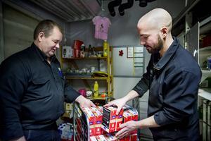 Handlaren Stig Wedin och svärsonen Johan Högel tycker det är viktigt att gynna lokala mjölkbönder.