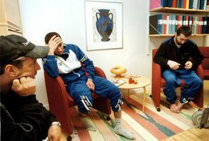 Vardan Paloyan och Tigran Mkrtchyan var i stort sett onåbara när Arbetarbladet och BK Lokes lagledare Lars Rosén (till vänster) träffar dem på psykiatriska kliniken i Gävle. Efter flera års kamp för att få stanna i Sverige hade armenierna helt gett upp hoppet. Foto: Lars Nyqvist
