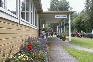 Olars trädgård i Knåda tar hand om de vackra blomsterplanteringarna. Onsdagar, lördagar och söndagar samlas missionsförsamlingen här. Serveringen är öppen dagligen fram till och med mitten av augusti.