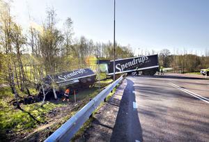 Det tog hela förmiddagen att bärga en lastbil med släp som hamnat tvärs över vägen vid Hagaströmsavfarten.