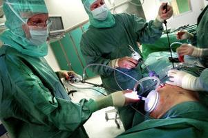 Urologen Per Lindblad och kirurgen Arthur Jänes hjälps åt.